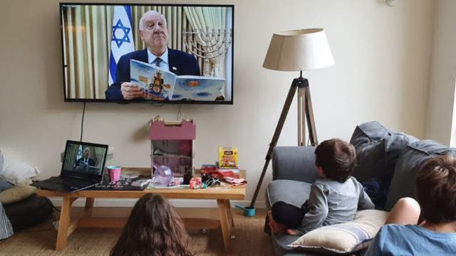 Президентът на Израел чете приказки