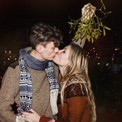 Целувка под имел
